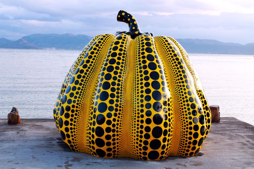 yayoi kusama pumpkin statue